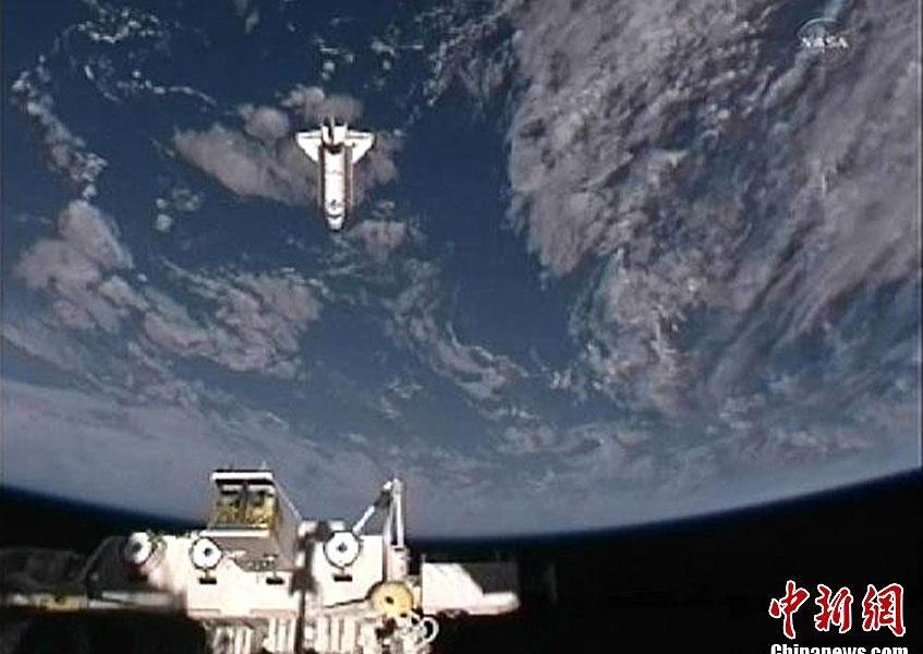 """""""奋进""""号航天飞机在完成其使命后,与国际空间站分离并返回地球."""