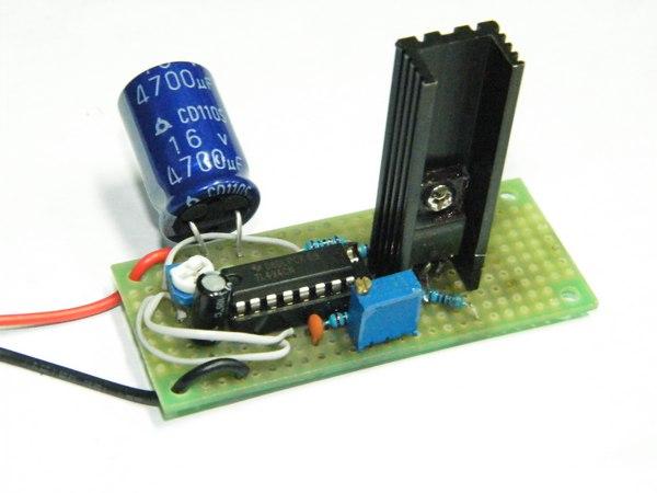 焊接电路依照电路图即可,难度不大。出于安全起见最好把高压包和低压部分分开,调试完成后再组装到一起。   一些需要注意的小地方: 给MOS安上足够大的散热片并留出散热片的空间。我有点后悔散热片用小了,结果调试的时候由于发热不敢加大MOS电流。背面通过大电流的走线不能用小股铜线飞线,我用了大量的锡在万能板上堆出电源线和地线。高压包的脚位:4脚是次级线圈的地线,2,5,6,7,8脚则是初级线圈。推荐选用5脚和8脚通入交流信号,但在这些脚中任选两个都会在次级感应出高压,可以根据实际电路中的表现选择。当然,直