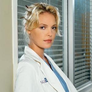 医生穿白大褂不如裸体?卓奶带美女不图片