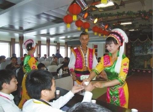 """我去大理游玩时,在洱海游船上亲身体验了白族""""三道茶""""文化."""
