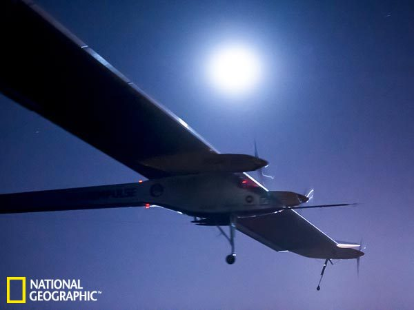 """"""" 在飞往摩洛哥过程中,""""太阳驱动""""号的飞行高度达到2."""