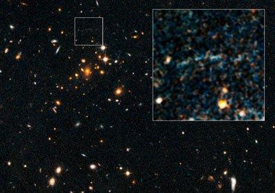 是美国宇航局的哈勃空间望远镜拍摄的,显示100亿光年远的极大质