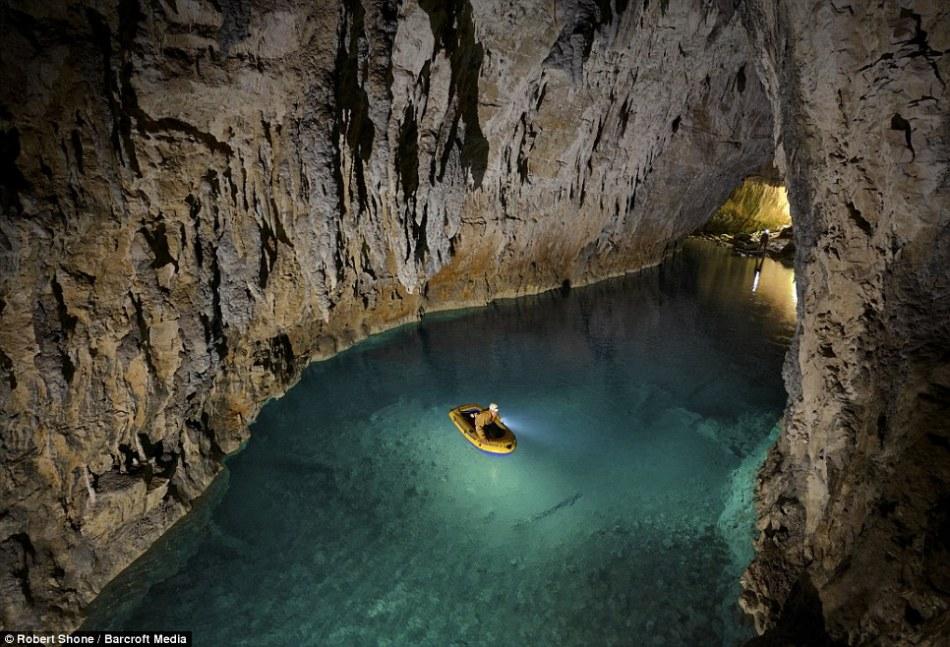 英国探险者征服世上最凶险洞穴:深入地下1000米
