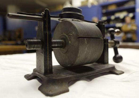 1879年的一台锡箔留声机,曾录制下已知最早并且可以播放的美国人声音,同时也是第一次被录制下的音乐演出
