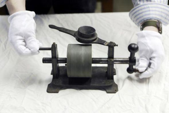 这段录音于1878年在圣路易斯录制,录制在爱迪生发明的留声机的锡箔上。录音的开头是一段简短的短号独奏,紧随其后的是一名男子的声音,吟唱《玛丽有只小羊羔》和《哈柏老奶奶》