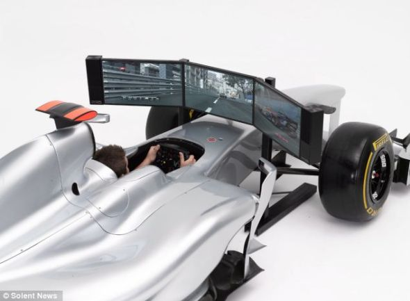 23英寸显示屏和塔式立体声音箱能够让驾驶者完全沉浸其中,享受超逼真的驾驶体验