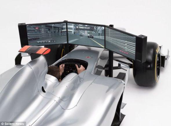 模拟器的方向盘与真正的F1赛车相同,一台隐藏的PC负责运行标准的F1赛车电脑游戏
