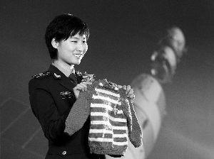 昨日,上海科技馆,刘洋展示亲手编织送给残疾儿童的毛衣。早报记者 徐晓林 图