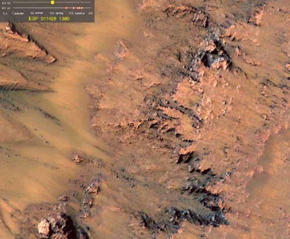 这是一幅动态图,显示的是火星上的暗色条痕随着季节转变出现,延伸再消失的变化过程