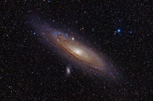仙女座大星系,在秋天的夜晚,当天气非常晴好时你可以用肉眼看到它。这个星系位于250万光年之外,几乎和我们的银河系一样大