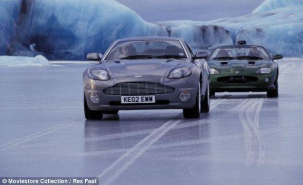 """007影片《择日而亡》剧照,詹姆斯-邦德驾驶的汽车具有隐身功能。现在,日本研究人员正在设计""""透明""""汽车"""