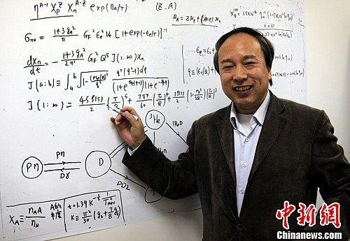 长期从事暗物质、暗能量等理论物理研究的中国科学院高能物理研究所张新民研究员介绍了中外科学家合作从最新的天文观测数据中研究发现了暗能量动力学的一些迹象。中新社发 孙自法 摄