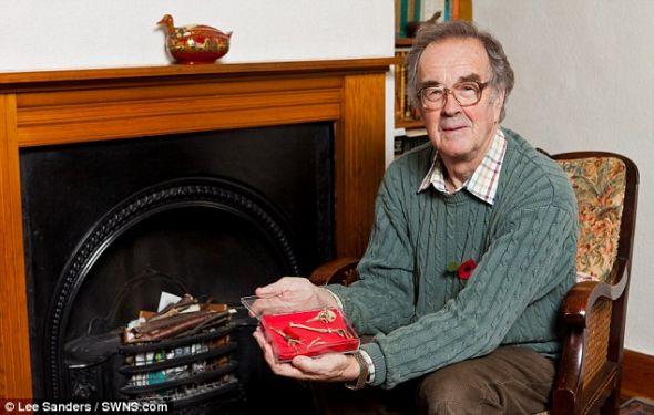英国萨里布莱切利的居民大卫-马丁在翻新自家壁炉时无意间在烟囱内发现一只二战时期信鸽的遗骸,鸽腿上的信筒内藏有一张纸片,上有一段加密信息。