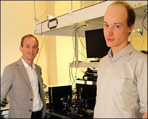 阿尔贝托·佩鲁佐(左)和彼得·夏伯特(右),研究论文的并列第一作者。