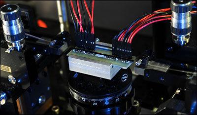 实验中用以检测波粒二象性的量子光子芯片。单光子通过光纤进入环路,在输出端被极其敏感的探测器检测到。