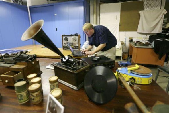 革新与科学博物馆馆长克里斯-亨特在电脑上播放1878年录制在锡箔上的录音