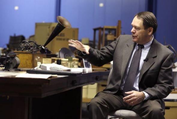 革新与科学博物馆理事约翰-斯库奈特,正向摄影师展示锡箔留声机