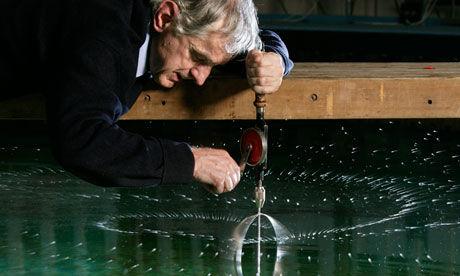 """图为斯蒂芬·索尔特和他设计的""""造雨器""""。"""