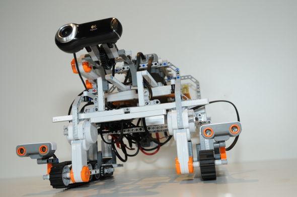今年10月份,国际空间站上的宇航员使用美国宇航局实验性的容断网络(DTN)协议成功驱动了一辆位于德国境内欧洲空间运行中心的乐高玩具机器人。这项测试有朝一日将有望帮助飞往火星的宇航员在轨道上操控地面上的漫游车