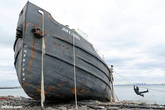 被桑迪飓风推上岸边的船只。极端天气面前,谁能控住城市这条大船,安然无虞?