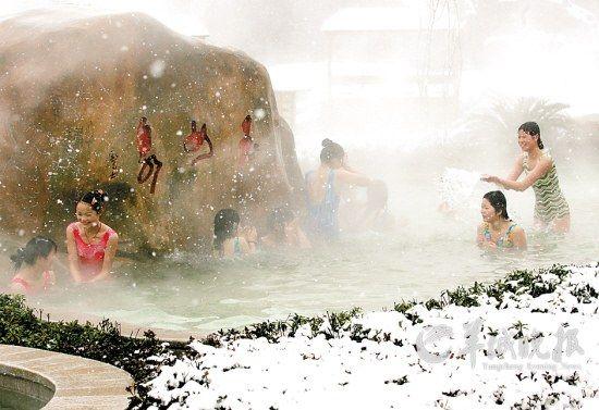 飘飞的雪花落在雾气缭绕的露天温泉池里,使这里仿佛成了人间仙境
