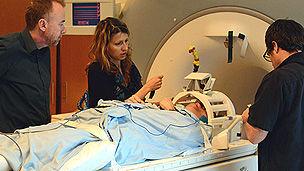 功能核磁共振成像(fMRI)技术通过追踪富氧血液的流动,实时呈现大脑的活动情况。2010年欧文教授的一项研究称接近五分之一的植物人患者能够通过大脑活动进行交流。