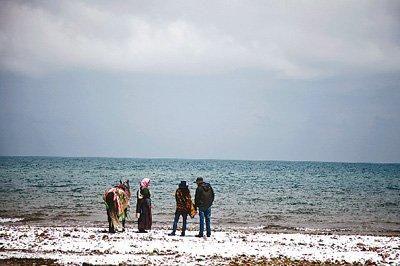青海湖湖水面积连续多年不断增大,气象专家认为,周边地区降水量偏多,使青海湖变大了。