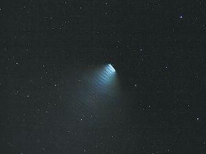 """图为天文爱好者拍摄到的""""缓缓移动的扇形发光体"""""""