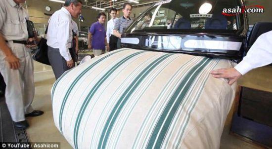 一名男子用手检验这种缓冲软垫。