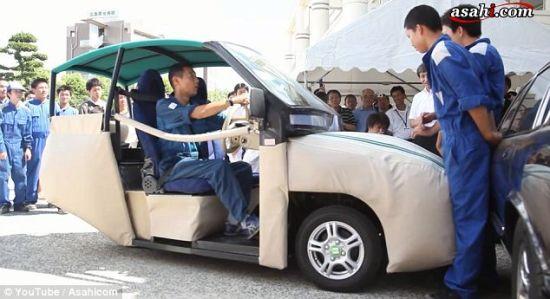 iSAVE YOU汽车配备的软垫具有强大的保护功能,可把行人按压在墙上,不会给他们造成何伤害。它的制造者说,他们已收到许多老年人和残疾人打来的咨询电话。