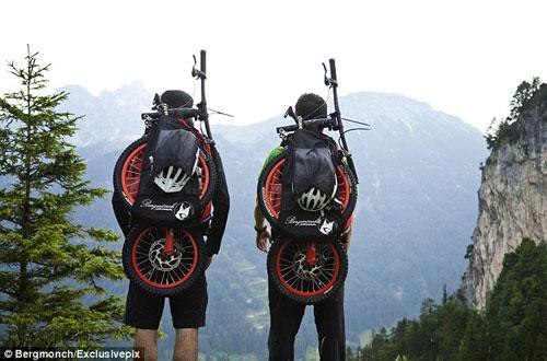 荷兰发明轻便式背包车 登山者可快捷下山