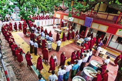 在马哈刚大勇僧院可以看到上千僧侣同时开饭的盛况。图/苏学